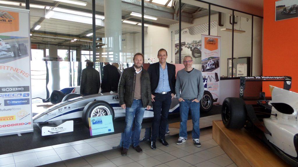 Patrick Lemarié, Bertrand Decoster et Jacques Villeneuve posent dans les locaux de Mygale
